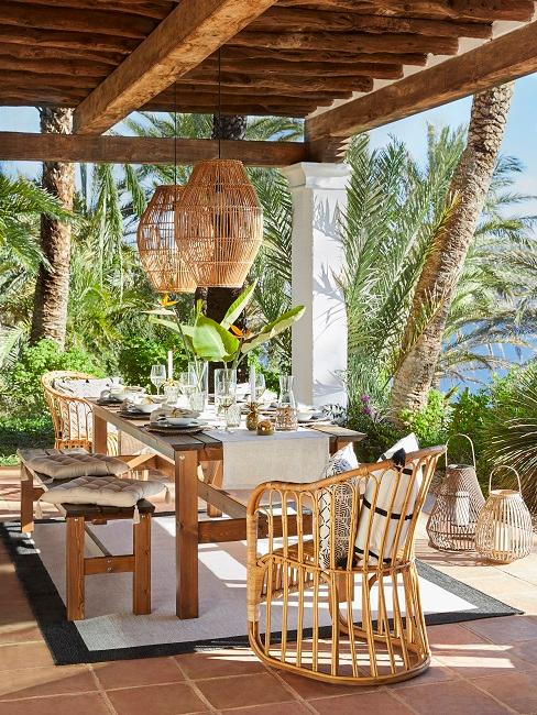 Ibiza style buiten zithoek met bamboe stoelen