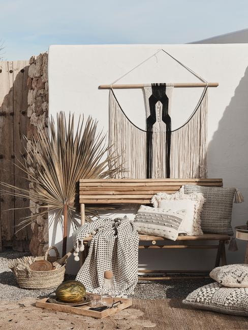 Ibiza style buitenplaats met een bamboe bank