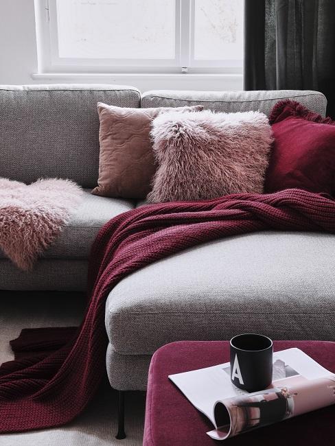 grijze bank met kussens in de kleur Bordeaux rood