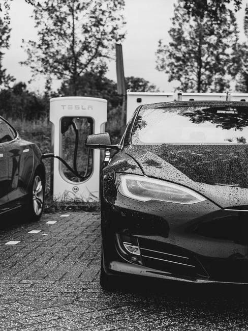 Elektrisch rijden in een zwarte Tesla