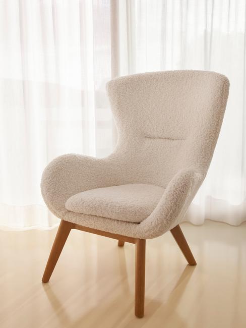 beige stoel met houten stoelen