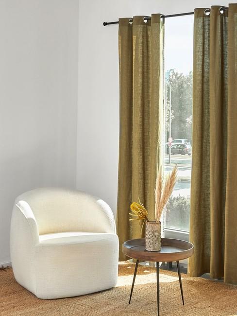 gele Linnen gordijnen en beige ronde stoel