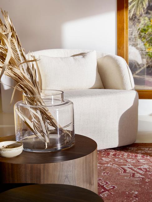 stoel in een lichte kamer moet hout en warme Accessoires in Aardetint