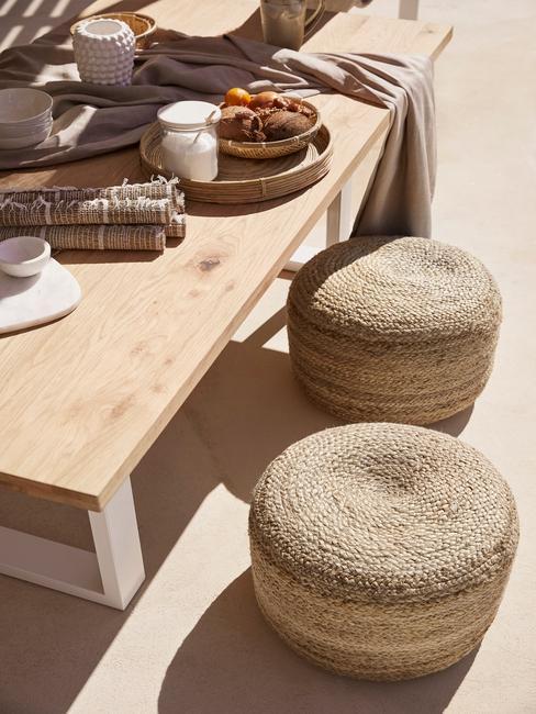 buitenplaats met buiten meubels in kamer moet hout en warme Accessoires in Aardetinten