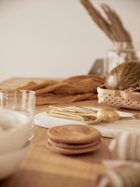 servies in kamer moet hout en warme Accessoires in Aardetinten