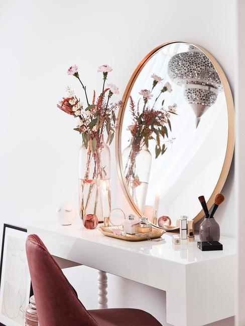 wit make up meubel met gouden ronde spiegel en rode stoel