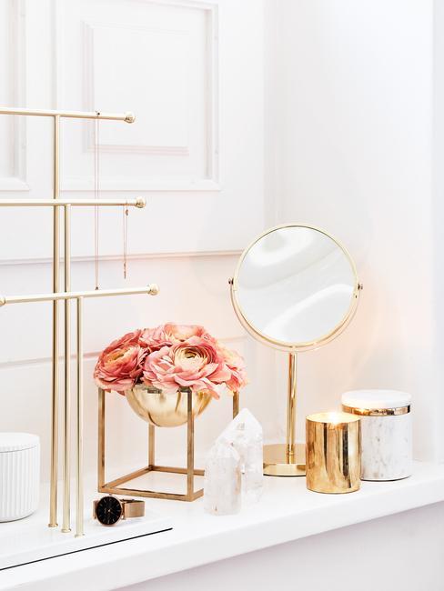 gouden ronde spiegel met gouden vaas