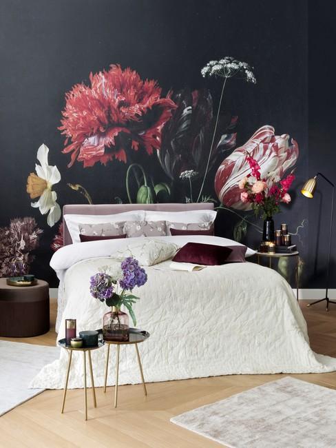 Donker Behangen muur in een slaapkamer