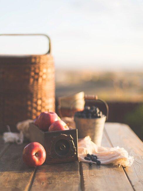 picknick in een veld op een houten tafel