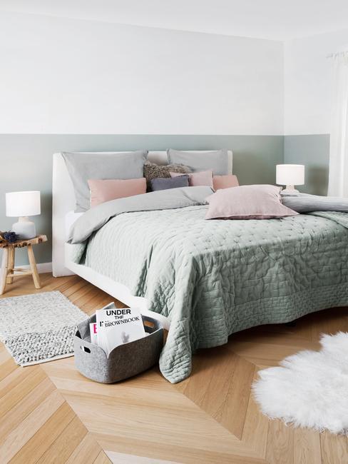 Taup kleurig bed met pastelkleur accessoires