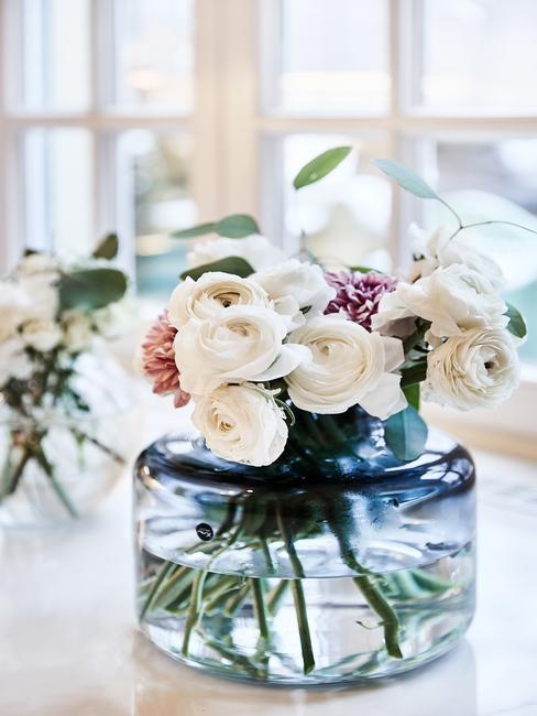 Petrol kleur glazen ronde lage vaas met witte rozen boeket bloemen