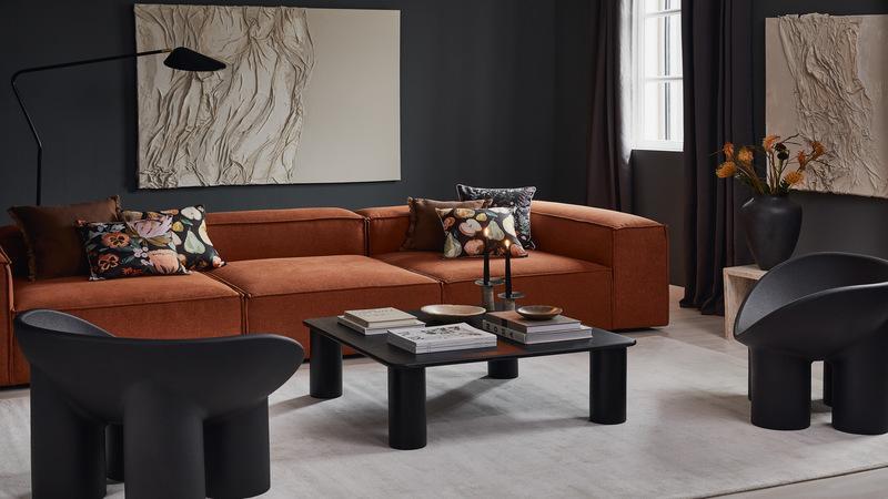 Cognac kleur bank in woonkamer