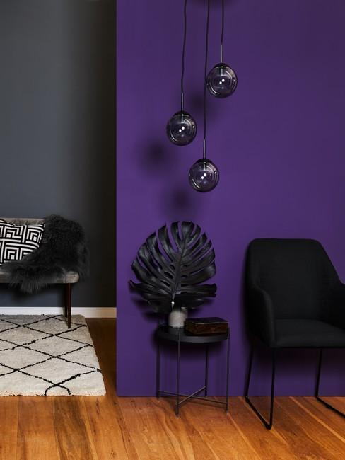 Indigo kleur op wand in woonkamer met wit tapijt en zwarte meubels