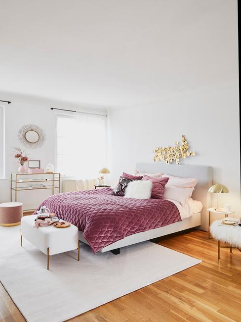 Indigo plaid op een beige bed