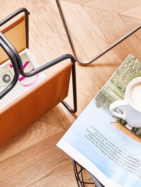 Boven aanzicht afbeelding met Cognac kleur leren magazine houder op houten vloer