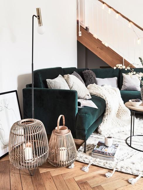 Zij aanzicht van smaragdgroen bank met open trap en witte accessoires
