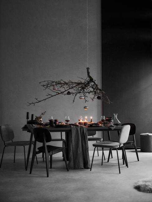 industriële eetkamer in grijs tafel met stoelen en kaarsen