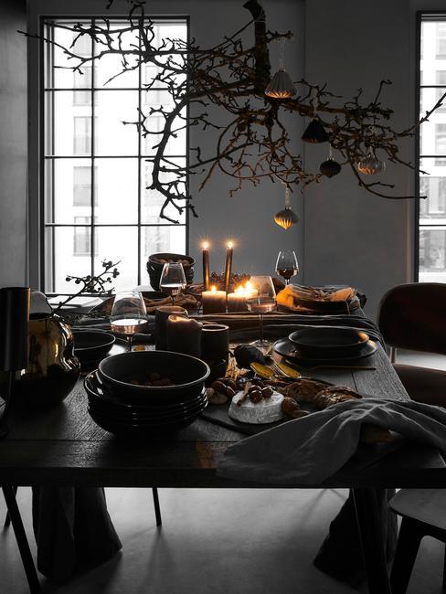 close-up gedekte eettafel met kaarsen met grijze achtergrond