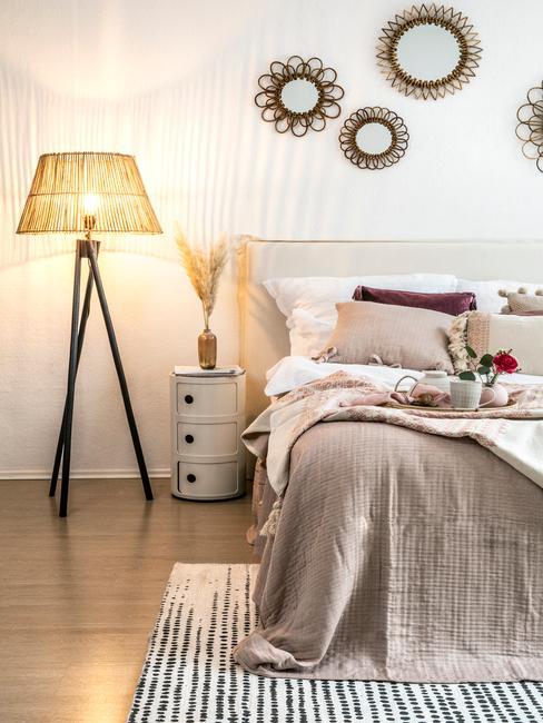 beige bed met een toupe plaid
