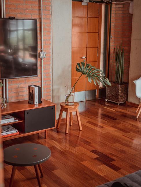 Houten vloer met een houten televisiemeubel