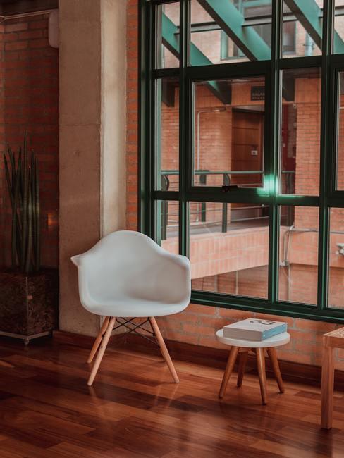 houten vloer met een witte stoel
