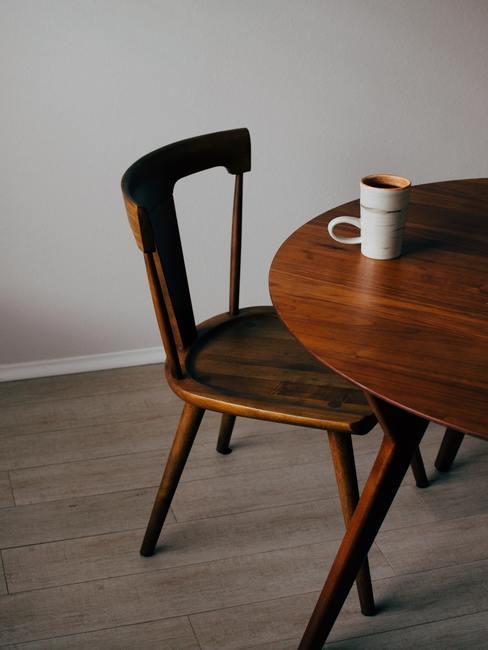 houten vloer met een houten stoel en houten ronde tafel