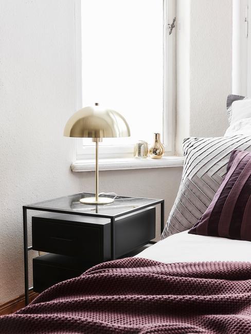 Slaapkamer ideeen: zwart nachtkastje met gouden lamp