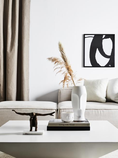 Witte salontafel met beelden op koffietafelboeken
