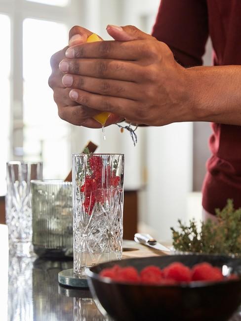 GezondeLeefstijl met rood fruit in een zwarte kom
