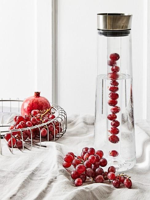 Gezonde Leefstijl met rood fruit in een grote glazen waterfles