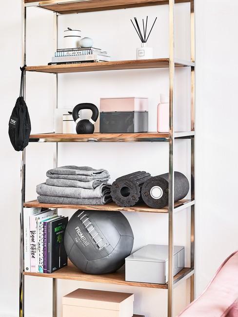 schappenkast met sport spullen voor een Gezonde Leefstijl