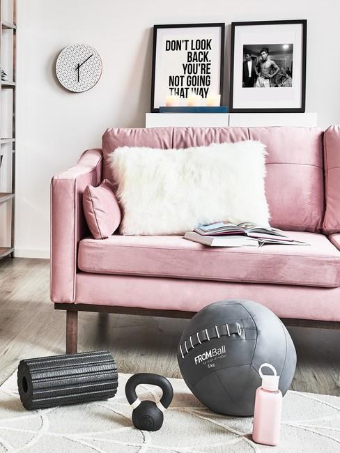 Gezonde Leefstijl met sport spullen voor een roze bank