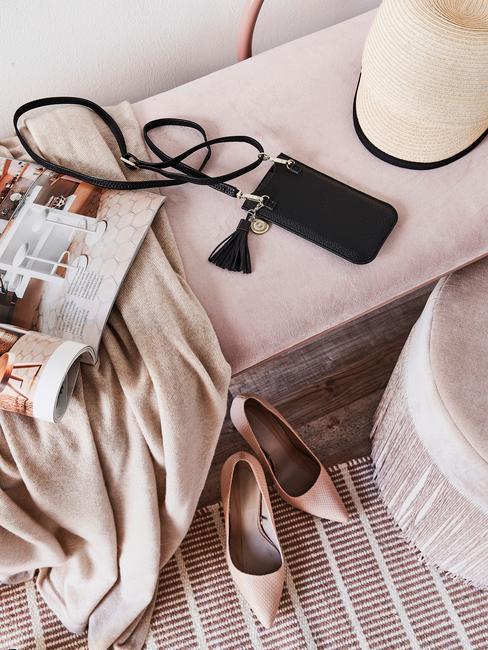 roze bank met telefoon en beige plaid