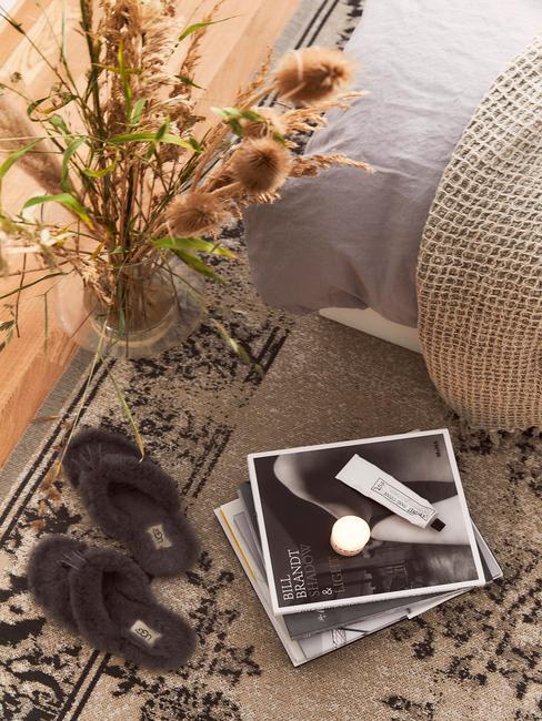 magazines met een grijze bank en een donker tapijt