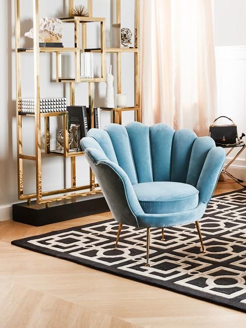 Eclectic interieur met een clauwe stoel en zwart wit grafisch vloerkleed