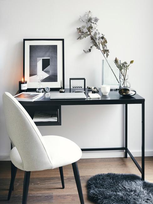 zwart bureau met een beigestoel met zwarte poten