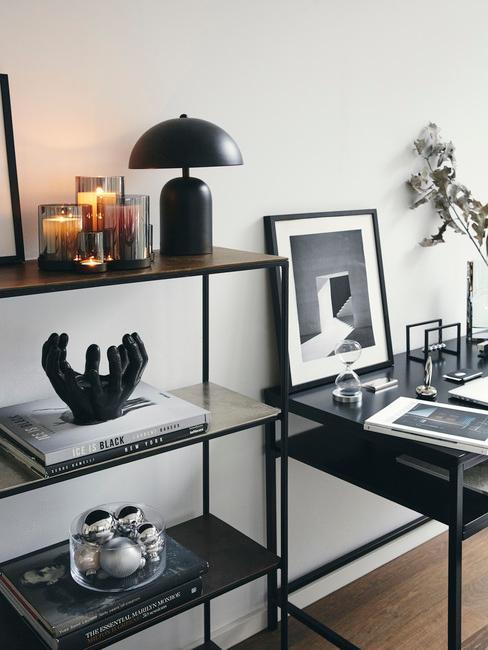 zwarte wandkast met zwarte lamp en zwarte bureau