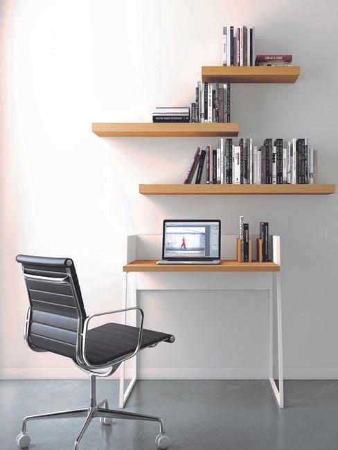 houten bureau met houten planken en zwarte leren bureaustoel