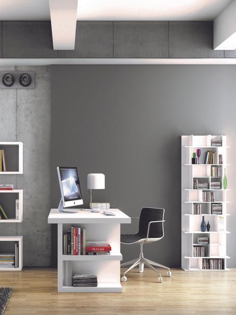wit bureau met een macbook en zwarte stoel