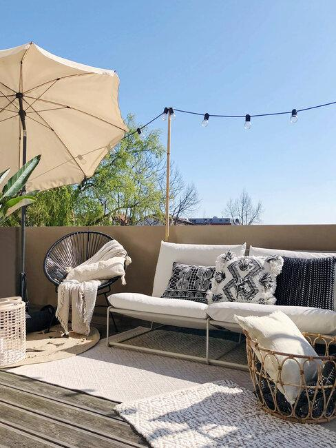 parasol en witte bank op balkon