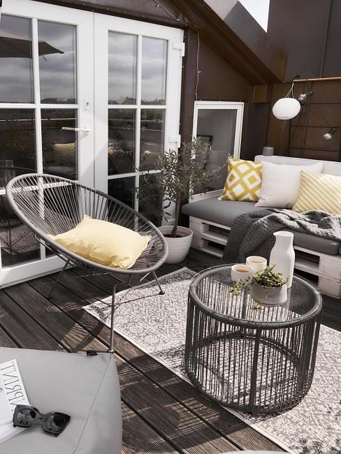 zwarte balkon meubels met gele kussens