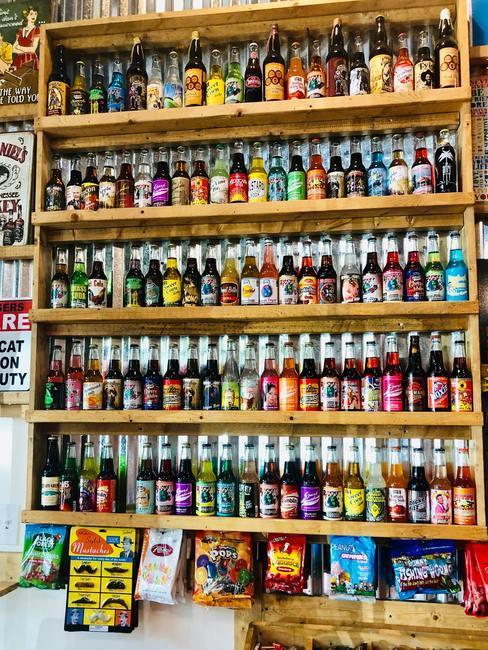 voorraadkast met heel veel flessen