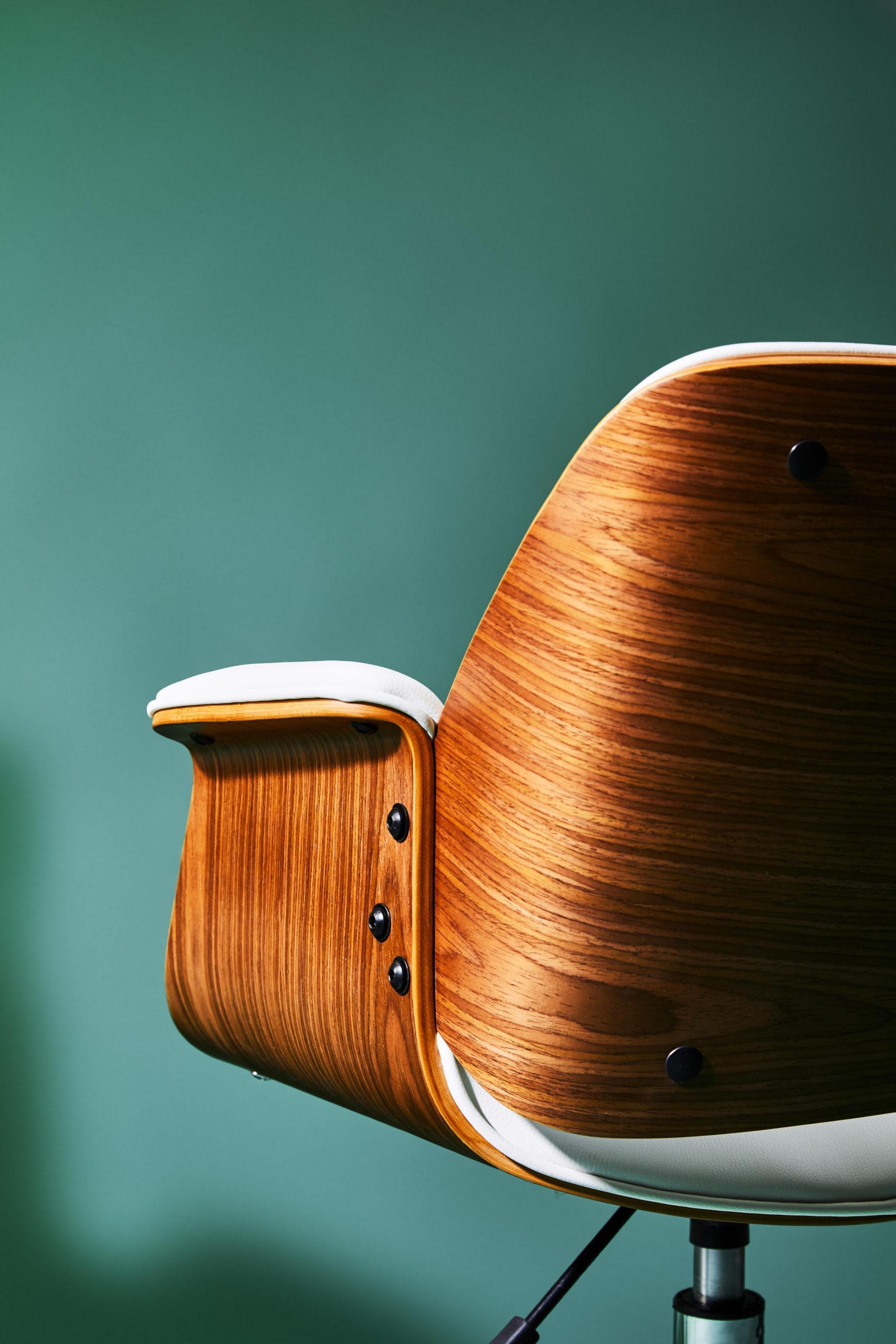 houten stoel met blauwe achtergrond