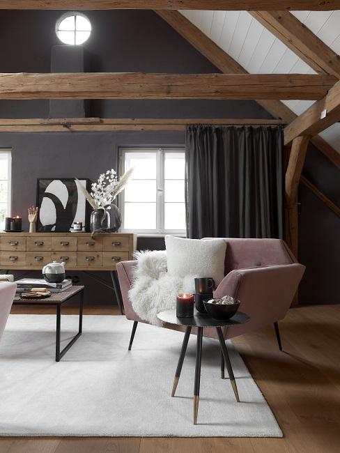 Oud roze lounge stoel in zolderkamer