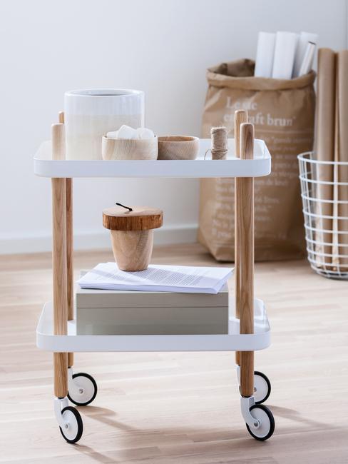 Clean Desk met een kar met schappen met hout en wit