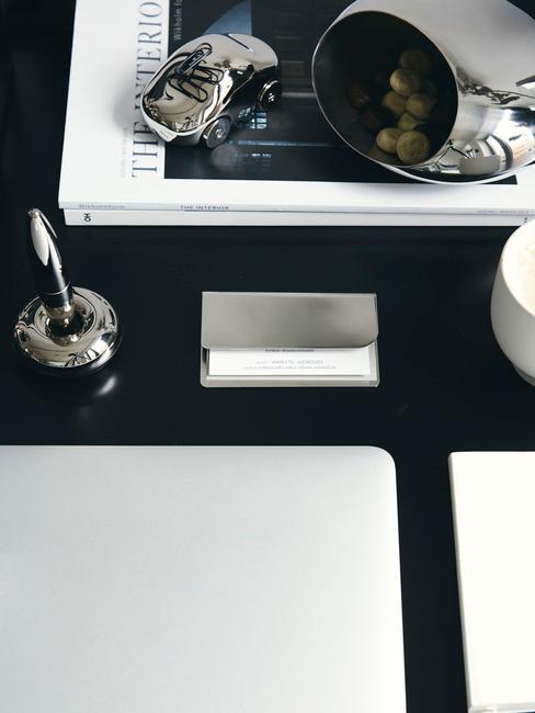 zwart bureau met een clean desk