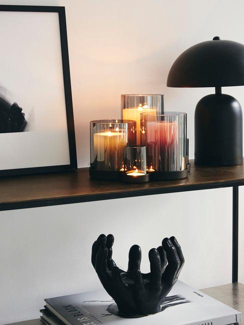een houten wandkast met een zwarte lamp en een zwarte fotolijst