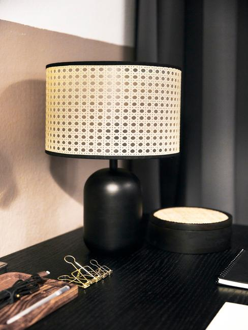 zwarte lamp met een houten lampenkap en zwarte kaars