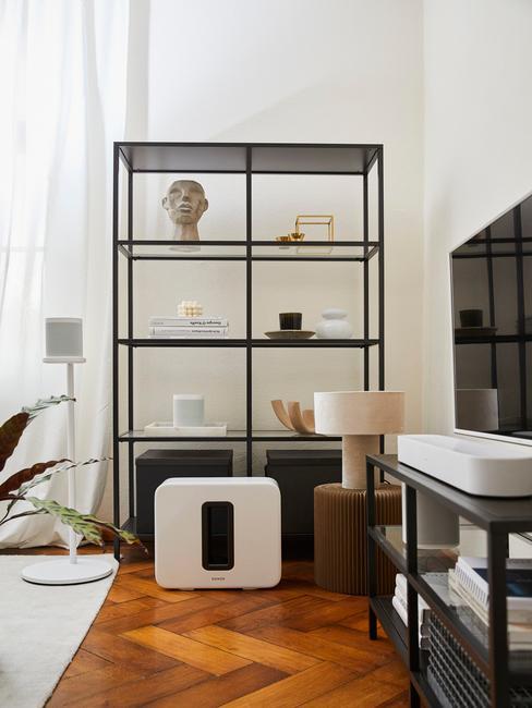 Zwarte boekenkast met asseccoires