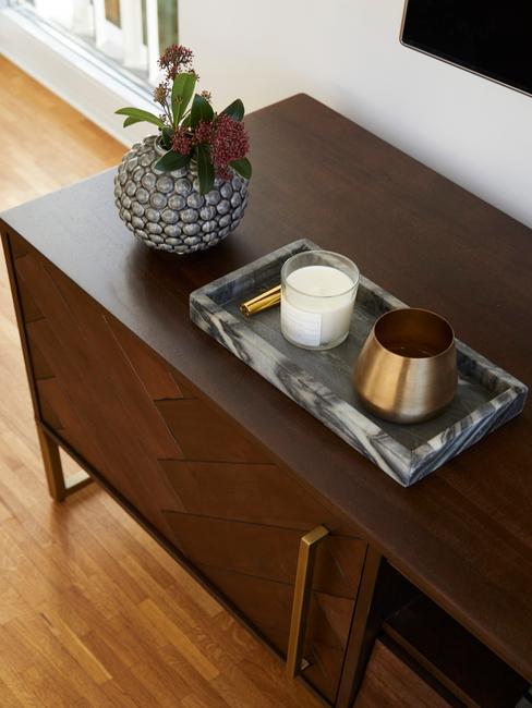 bruine wandkast met een wit met zwarte vaas